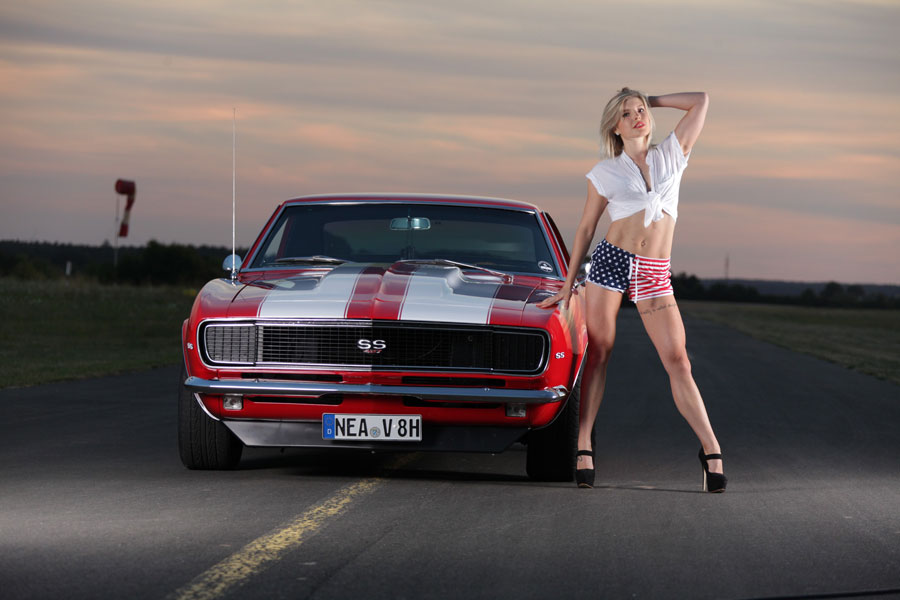 Geballte Muskelpower! 67er Chevy Camaro vs. Fitness-Model!